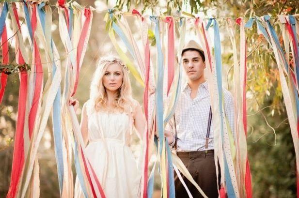 Backdrops; de bruiloft styling trend van 2014! Backdrop van romantische gekleurde linten