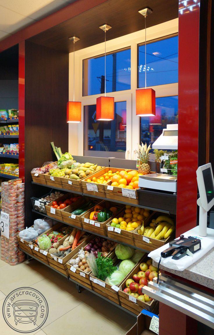 Wyposażenie sklepu spożywczego: okładziny ścian z wbudowanymi półkami na owoce i warzywa, wykonane z płyt meblowych, laminatów HPL, drewna, blaty materiał SSV typu Corian.