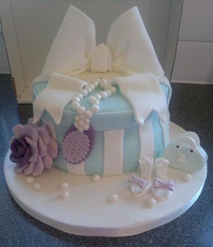 58 best giftbox cakes images on pinterest gift boxes petit vintage giftbox cake cake by suziessweettreats negle Images