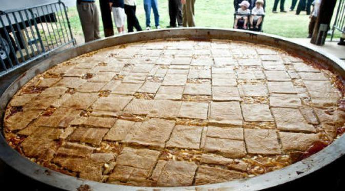 Warga Kota Galesville, Wisconsin, memiliki cara yang unik untuk memperingati perayaan apel tahunan, salah satunya adalah dengan membuat pai.