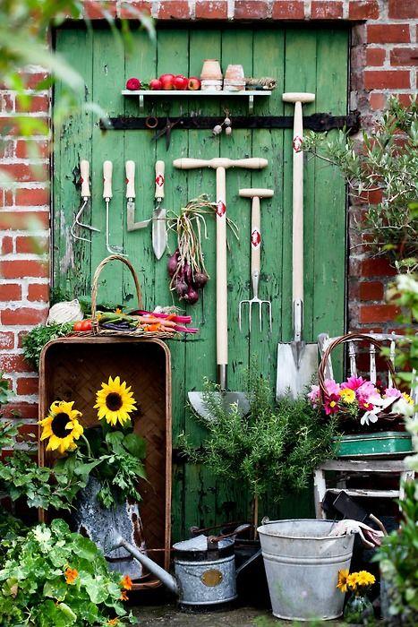 para usar e cuidar do jardim. Muito original a porta reaproveitada como painel para ganchos