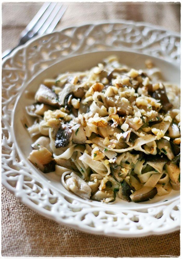 Tagliatelle d'orzo integrali con funghi shitake all'aglio orsino e noci – Barley tagliatelle with shiitake mushrooms, walnuts and wild garlic