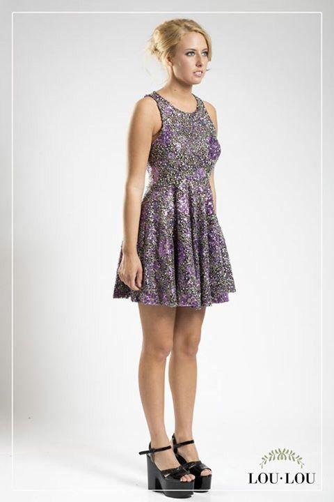 Vestido Adele en paillettes estampado en tono violeta, con cierre color plata en la espalda