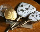 Yaldızlı çiçek saç fırçası tarak, ayna ve toz kavanoz 4 parçalı set set Antik Victoria makyaj banyosu