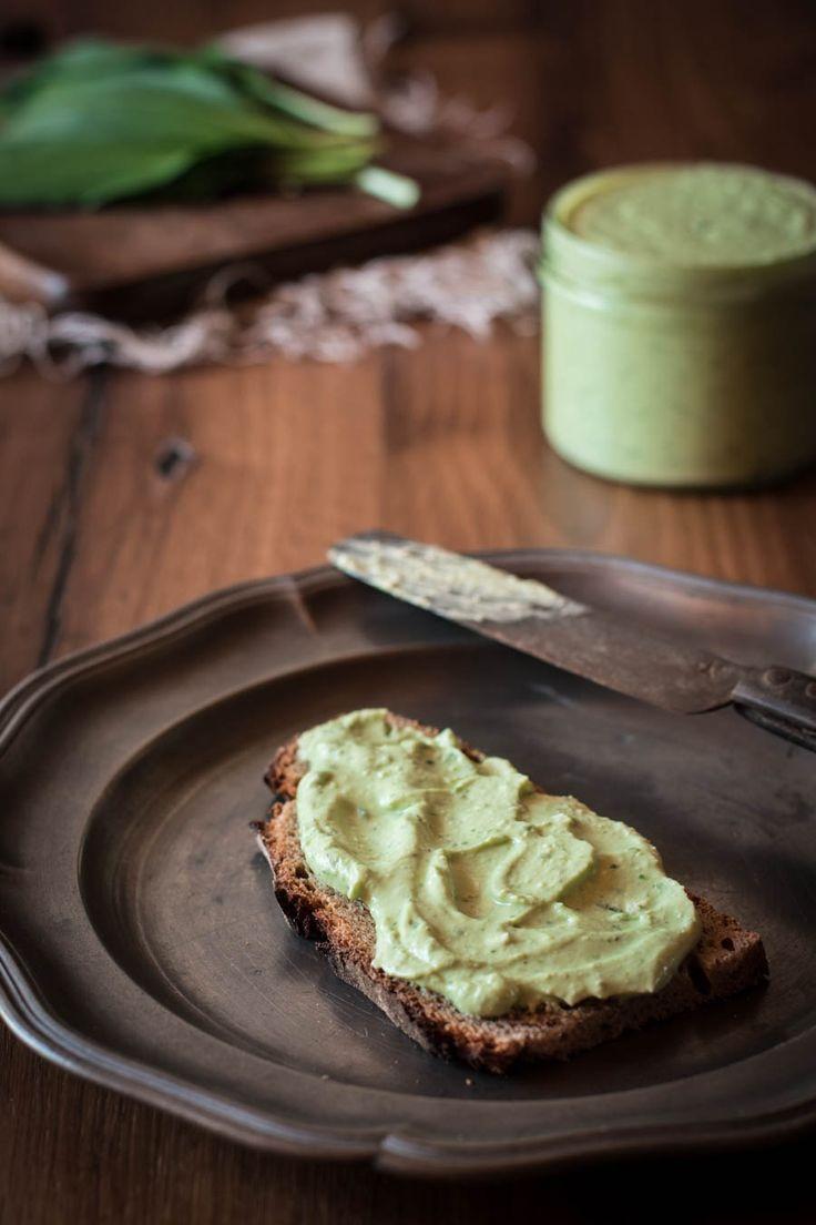 Bärlauchaufstrich mit Feta - super würzig, schnell gemacht und so lecker! In der Bärlauchsaison ein absolutes Muss aufs Brot