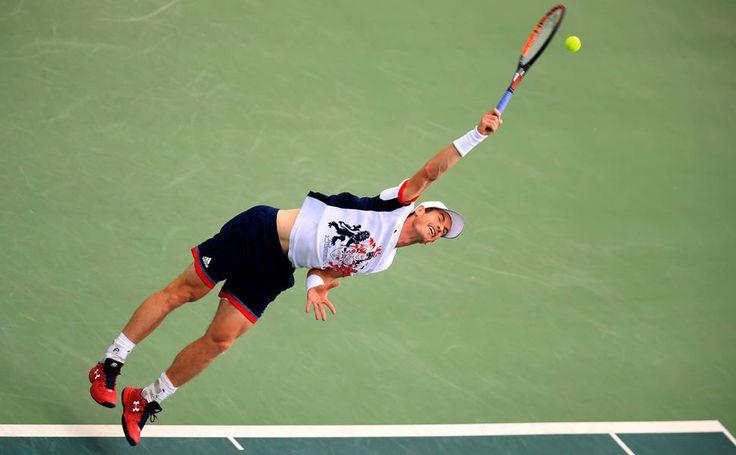 O tenista Andy Murray, do Reino Unido, rebate a bola durante partida contra o italiano Fabio Fognini, na terceira rodada de no individual, nos Jogos Olímpicos Rio 2016