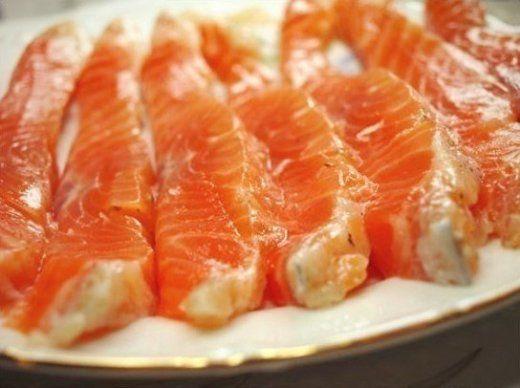 Лучший маринад для красной рыбы. TutVse.Info 1 кг филе красной рыбы; 4 ст. л. крупной морской соли; 2 ст. л. сахара; цедра 1 лимона; 20 г укропа; 0,5–1 ст. л. коньяка. Способ приготовления: 1. Отрежь кусочек рыбного филе средней толщины и натри его солью и сахаром. 2. Затем обваляй его в лимонной цедре и укропе. Полей коньяком. 3. Накрой пищевой пленкой, слегка надорвав ее, чтобы был доступ воздуха. 4. Поставь в холодильник для слабосоленого вкуса минимум на 5 часов, а лучше на ночь.