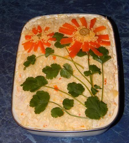 Многослойный салат «Петроградский» слоями картофель, обжаренные консервированные грибы с луком, куриное филе, морковь, яйца, сыр