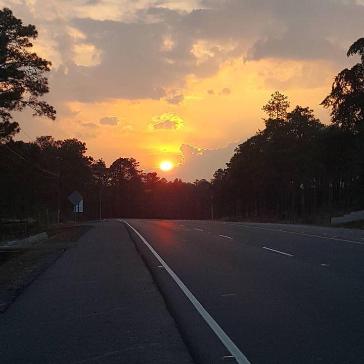 Atardecer camino a Tegucigalpa  Foto de @honduraspost #tegucigalpa #honduras #honduraspost #catracha #catracho #latam #travel #explorer #instago #adventure #mochileros #atardecer #sunset