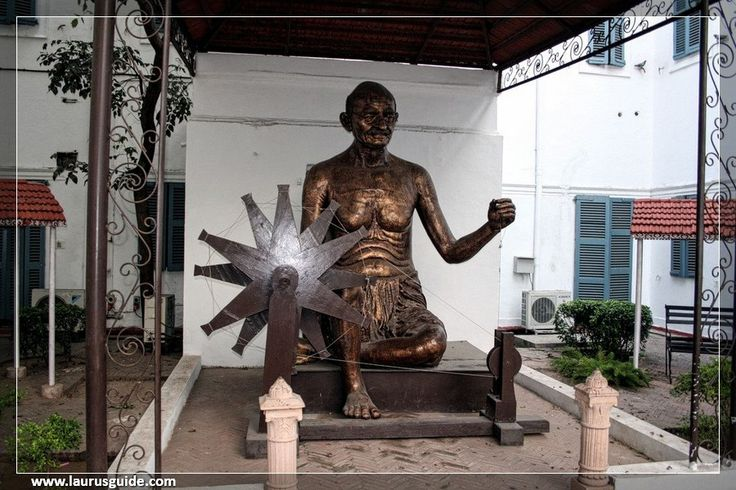 Inaugurated in the year 1955, the complex of Gandhi Smriti situated in the central part of Bhavnagar is attached to a clock tower. The Smriti has a gallery showcasing books, rare photos and memorabilia associated with the life of Mahatma Gandhi. There is also a museum of artefacts displaying items like nut cutters and religious carvings in Gandhi Smriti at Bhavnagar.
