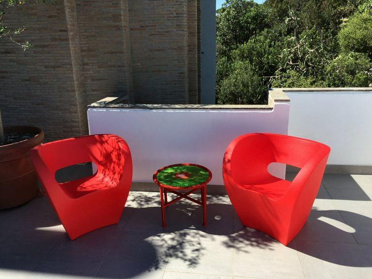 Terrazza a Villa Bevilacqua, la prestigiosa dimora progettata da Paolo Portoghesi, arredata con le sedute Victoria and Albert by Ron Arad ed il tavolino Banjooli by Sebastian Herkner.
