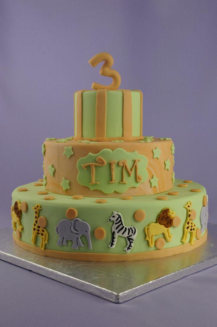 Gelaagde taart voor Tim zijn 3e verjaardag. In zachtgroen en oranje met op de onderste laag verschillende diertjes uit het wild, of de dierentuin ;) ...<3