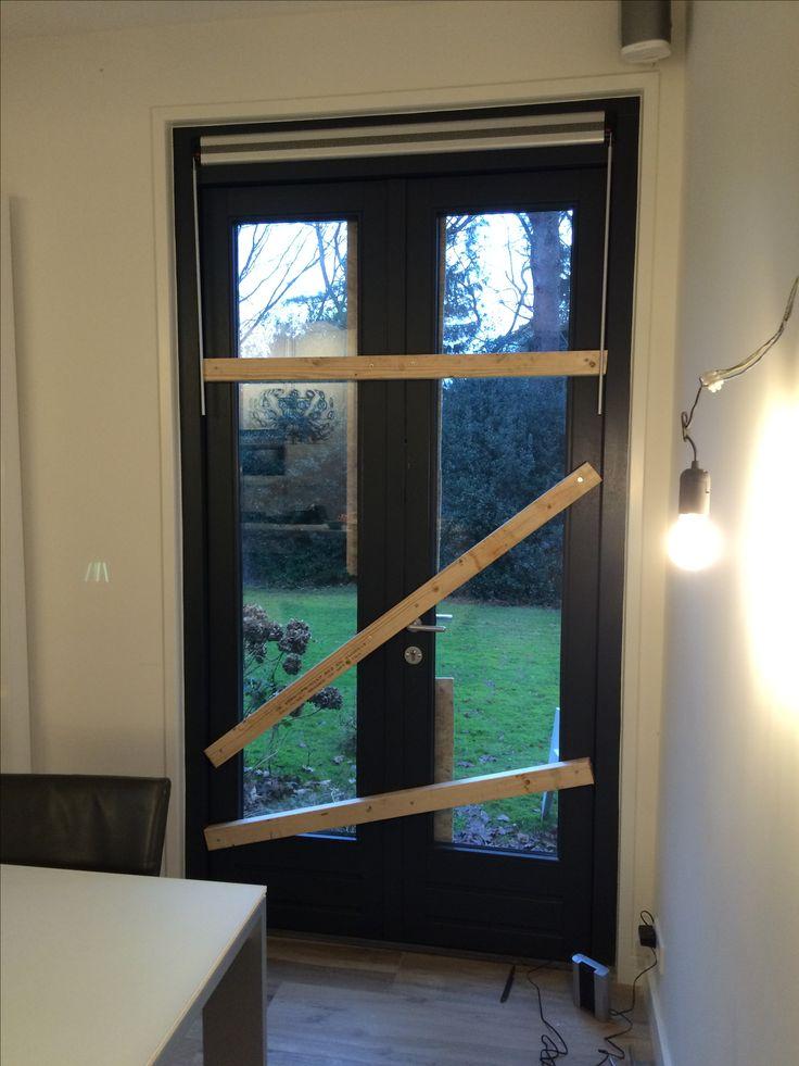 Keukendeur tuinzijde (rechts). Gordijnen niet mogelijk bij bevedtiging plafond ivm Sonos, en gordijnen hangend links van deur. Roman shades ook niet mogelijk ivm rooster.