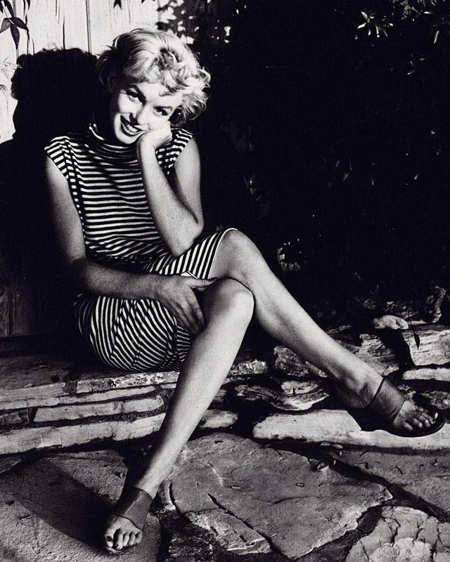 Marilyn Monroe con ropa marinera.