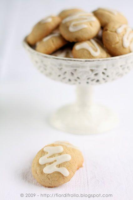 Piccola Pasticceria — Fior di frollaBiscotti allo zenzero con glassa al limone Ingredienti per circa 20-25 biscotti: 250 g di farina 00 1 cucchiaino di lievito per dolci 1 pizzico di sale 1 cucchiaino di zenzero in polvere 40 g di zucchero a velo 30 g di zenzero candito (facoltativo) 200 g di burro fuso 1 stecca di vaniglia Per la glassa al limone: 125 g di zucchero a velo 3 cucchiai di succo di limone