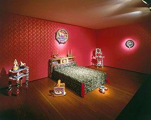 3. DAGELIJKS GEBRUIK WORDT KUNST Rhonda Zwillinger, The City that Never Sleeps, 1984, installatie, gemengde media/gemengde techniek, diverse formaten (bed 87 x 140 x 224 cm), collectie Groninger Museum. (De afbeelding is ter beschikking gesteld door het Groninger Museum)