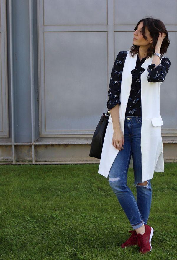 Fashion blogger con zapatillas New Balance, chaleco blanco y camisa con print de cebras. Spanish fashion blogger wearing long white vest and New Balance Sneakers