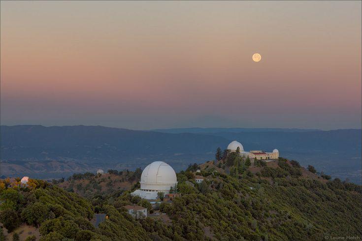Aube de solstice et coucher de pleine lune La pleine Lune se couche alors que le Soleil de solstice se lève sur le Mont Hamilton et les coupoles de l'observatoire Lick