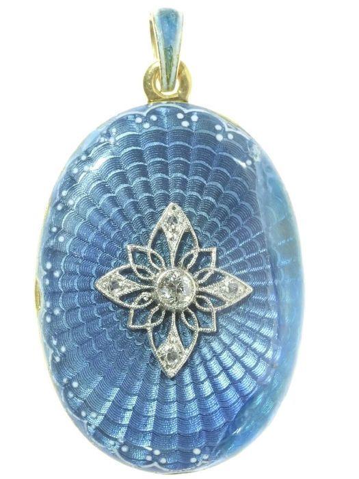 Online veilinghuis Catawiki: Elegante geel- en witgouden medaillon met blauwe guilloche email en diamanten