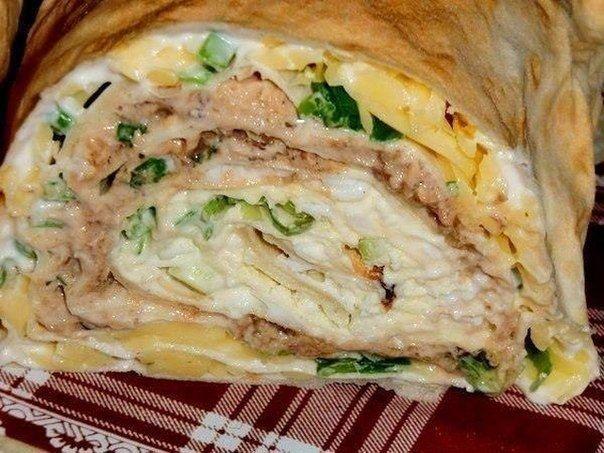 Ингредиенты:-1 упаковка листового лаваша(3 листа),-250г майонеза,-3 вар. яйца,-150-200г сыра,-1 банка сайры,-укроп,-зеленый лук.Приготовление:Разложить лаваш.Смазать каждый лист майонезом.На…