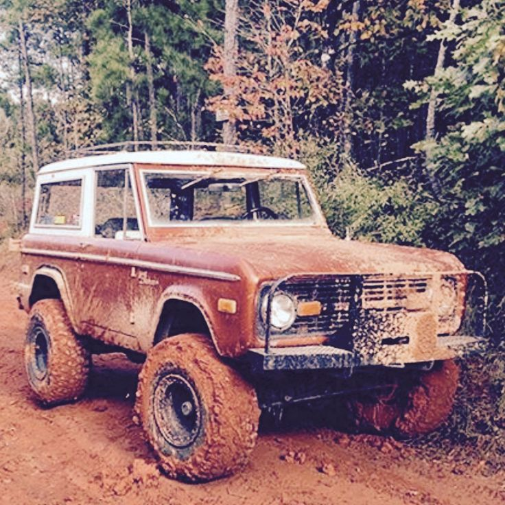 Ford Bronco playin in the mud <3 <3 <3