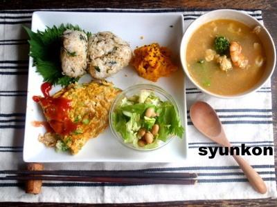 【簡単カフェごはん】大葉とじゃこのおにぎり*キャベツとベーコンのオムレツ*サラダでワンプレート