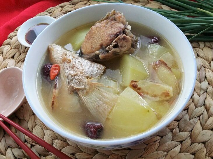 Green papaya fish soup helps to increase breast milk supply naturally and is traditionally taken during the confinement period after giving birth.