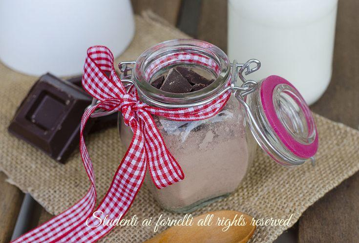 Preparato cioccolata calda in tazza, ricetta facile da tenere in dispensa per preparare la cioccolata calda. Idea regalo di Natale.