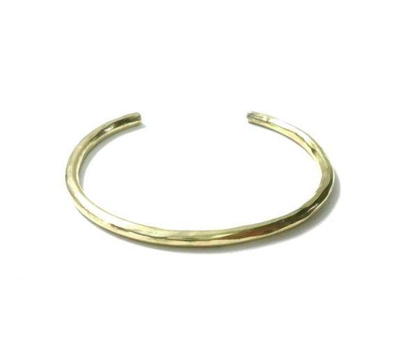 真鍮のレディース用のバングルです。表面は大胆に槌目模様を打ち込み手作り感をだしています。材料費が安価のため大変お買い得な価格になっています。真鍮はシルバーと同...|ハンドメイド、手作り、手仕事品の通販・販売・購入ならCreema。
