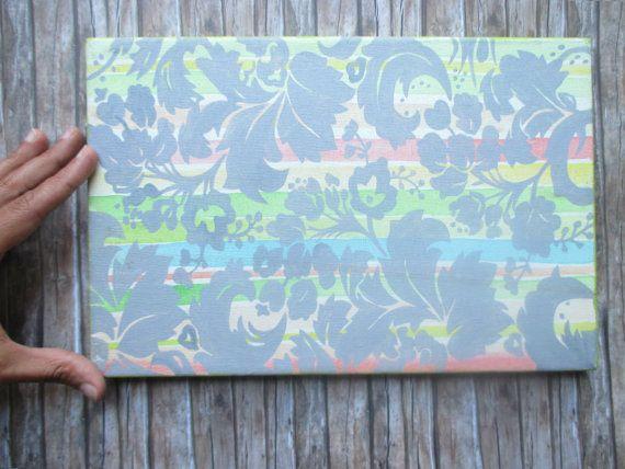 Piccolo dipinto realizzato a mano. Illusione di una carta da parati. Fiori grigi su sfondo a righe. Colori pastello.