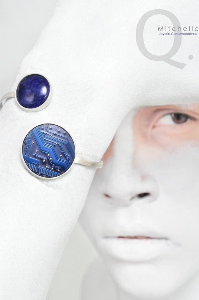 Brazalete de plata, lapislazuli y tarjeta de circuito azul. Silver, lapis and blue circuit board bracelet by MitchelleQ. Sold