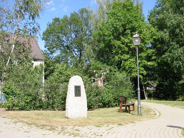 """Manche meinen: """"Ein bisschen deplatziert und verloren steht er da, dieser Gedenkstein, allzu demonstrativ hingestellt zwischen Durchgangsstraße und einem trostlosen Drahtverhau,..."""" Aber immerhin: ein Gedenkstein in Tauperlitz (b. Hof)... und wir sehen da, zumindest auf diesem Foto, einen Lattenzaun (noch)!"""