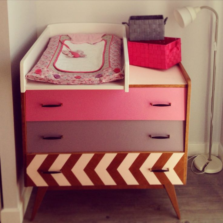 Commode vintage années 50 60 tiroirs biais et pieds compas rénovée en plan à langer #commode #renover #diy #girl #fille #rose #pink #vintage