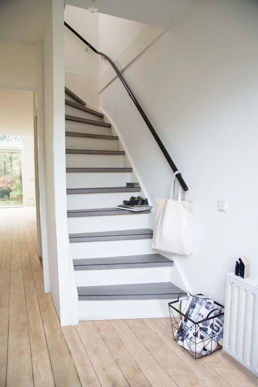 KARWEI | Leg je vloer in het verlengde van je trap om een ruimer effect te creëren.