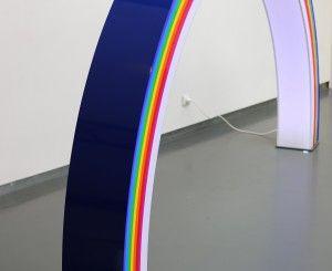 Majestueuse et surprenante création pour cette lampe de plus de 3 mètres de long. Pièce unique Matériaux : Pmma / ruban de led  305 x 25 x 167 cm