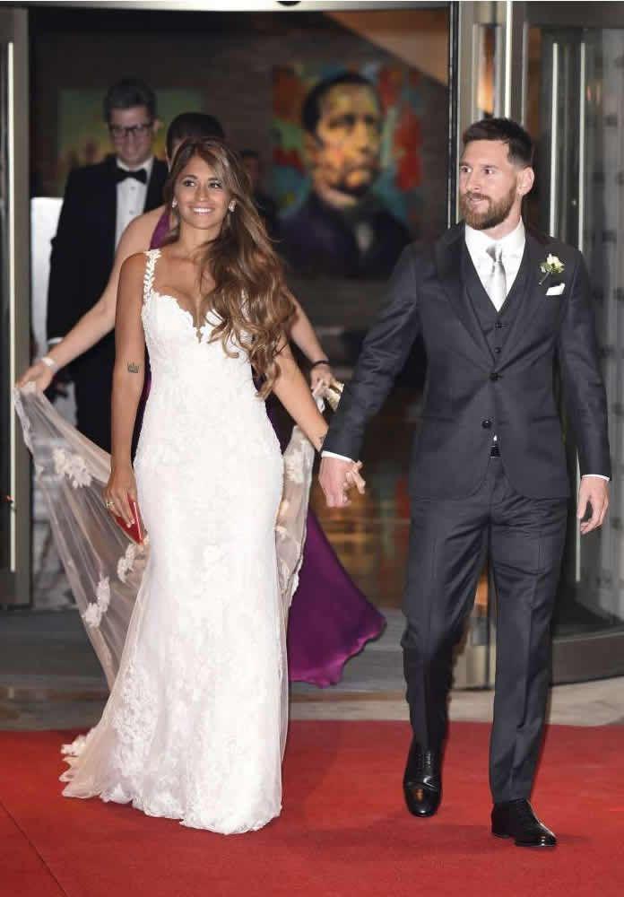 Los detalles del #vestidodenovia de Antonela Roccuzzo diseñado por @rosaclara #bridal #novias
