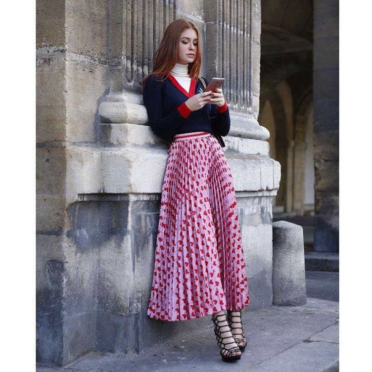 Marina Ruy Barbosa usa saia de corações durante passeio em Paris