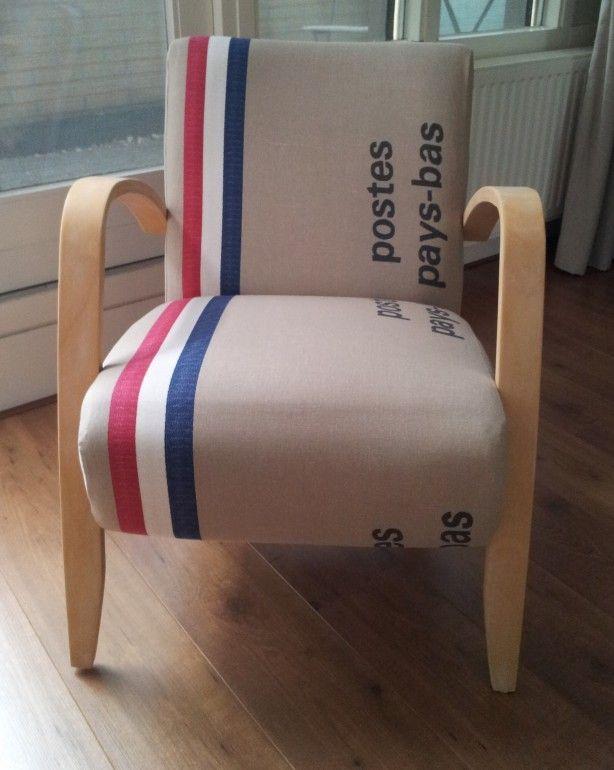 Oude stoel bekleed met postzakkenstof.