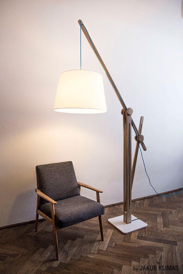 CRANE LIGHTto jedyna lampa podłogowa. Jedyna, która tak dobrze wpisuje się we wnętrza zarówno loft'owe jak i ciepłe, skandynawskie. Precyzyjna, ręczna rzeźba dębowego drewna na stalowej podstawie. Nieskończone możliwości regulacji wg autorskiego projektu Jakuba Klimasa. 3 kolory plecionego kabla, które nadają jej niepowtarzalny charakter. Detal + detal + detal = CRANE (żuraw) LIGHT. Zachwycająca!  ROZMIARPODSTAWY:36x36 cm (dł./szer.)  ROZMIAR KLOSZA:55/40 cm (dół/góra)  MAX…