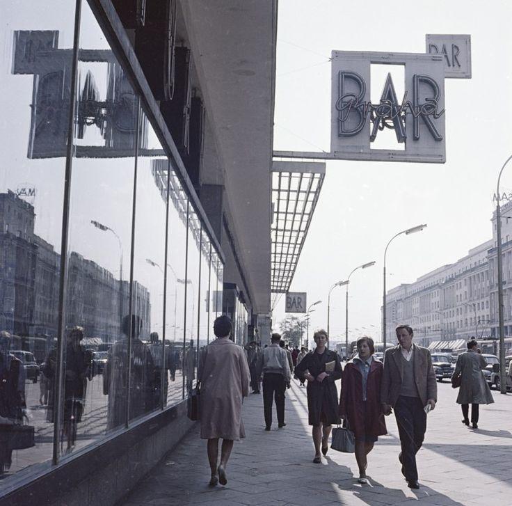 """Zbyszko Siemaszko, neon baru """"Praha"""" przy Al. Jerozolimskich 11, między 1961 a 1964 rokiem, fot. ze zbiorów Narodowego Archiwum Cyfrowego (NAC)"""