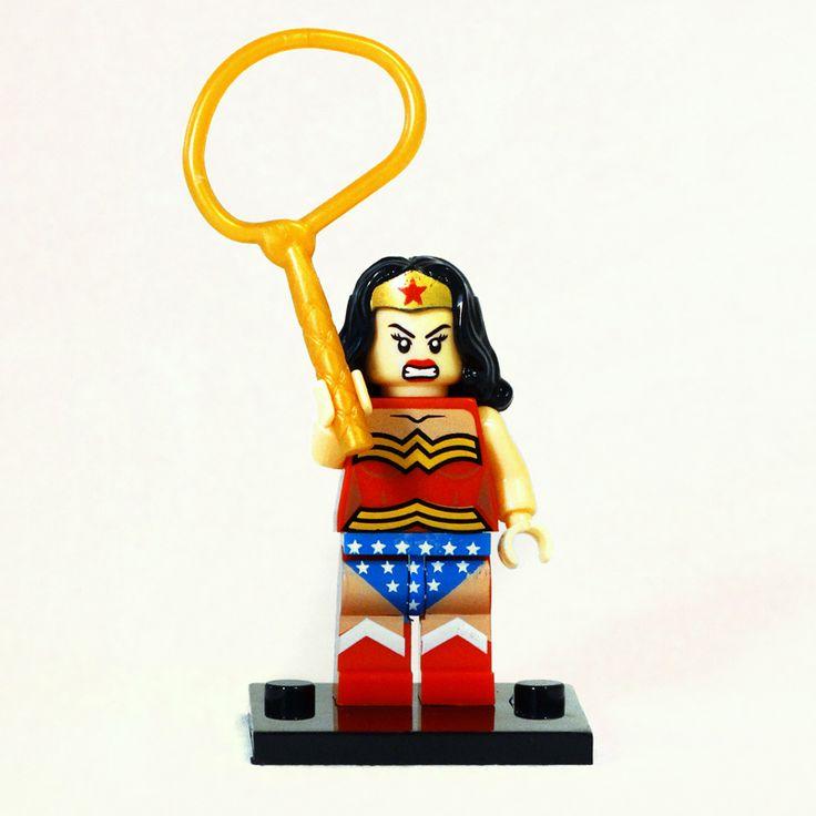 WONDER WOMAN - Liga de la Justicia - Marca: Decool Código: SHWW01 - Contenido (1 minifigura + 1 arma + base soporte) Wonder Woman, otra de las heróínas de DC Cómics. Minifigura de muy buena calidad, traje de vivos colores. El kit viene con un lágito y una base soporte.