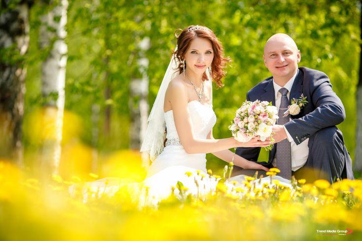 Очень солнечный и летний свадебный снимок.