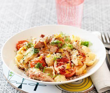 Gräddig pastarätt med saftig och prisvärd kycklinglårfilé, krispig fänkål och fräscha citrustoner. Passar lika bra till fredagsmyset som bjudrätt.