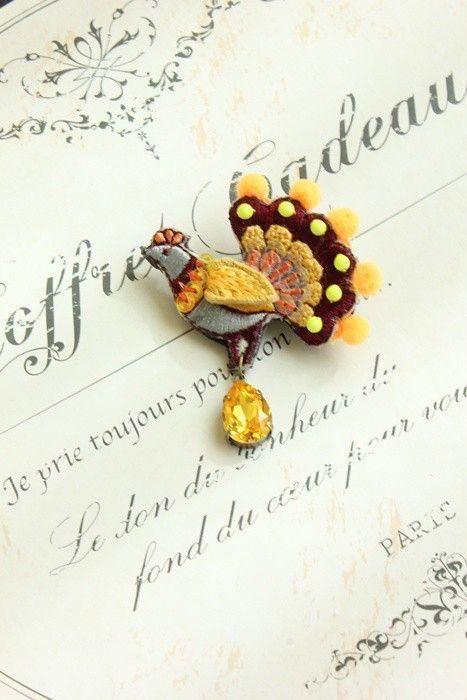 くじゃくの刺繍ワッペンに、スタンプワーク(イギリスの刺繍技法)や、ビーズ刺繍などで細かく細工して立体的なブローチに仕上げました。大きなしずく型のスワロフスキー...|ハンドメイド、手作り、手仕事品の通販・販売・購入ならCreema。