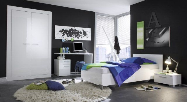 une armoire et un lit blancs, des murs gris et des accents bleu foncé