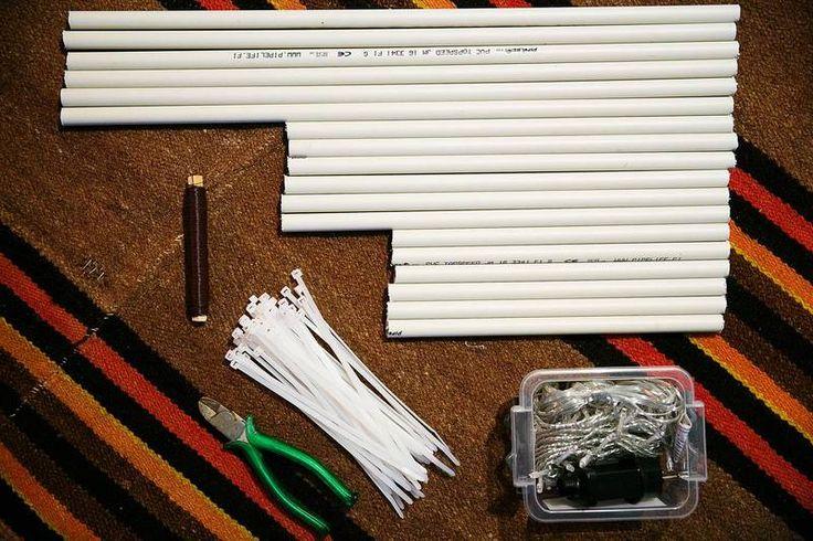 1 Ulkohimmelin tekemistä varten tarvitset valkoista sähköasennusputkea. Sahaa putkesta 6 x 30 cm:n, 6 x 40 cm:n ja 6 x 60 cm:n mittaiset palaset.<cr>Lisäksi tarvitset nippusiteitä, terävät pihdit, metrin verran metallilankaa sekä 8 metrin mittaisen ulkovalosarjan, jossa on pienet led-lamput.
