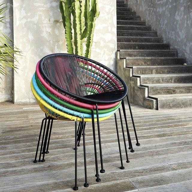 Le fauteuil en résine tressée Joalie. Véritable icône du design des années 50, ce fauteuil apportera une touche de design à votre extérieur ! Son assise composée de fils de résine tressés de type scoubidou lui assure une souplesse et un accueil très agréable. Caractéristiques du fauteuil résine tressée, Joalie :Structure et piétement en métalFinition peinture époxy noireAssise en fils de résine polyéthylèneLe fauteuil Joalie est livré montéDimensions du fauteuil en fils de résine tressés...