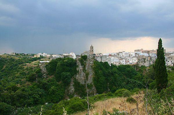 #Laterza sorge sulla seconda gravina più grande d'Europa e fa parte di un'oasi protetta in cui è possibile ammirare una fauna rigogliosa e uccelli come falchi grillai e corvi imperiali. 🌳🦅  Ci sei mai stato? Se sì, inviaci foto e video qui sotto ⬇️  #CosaVedereinPuglia #Pugliacom #WeAreinPuglia