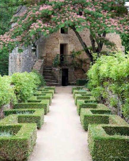 Greek key meandering boxwood hedge - Charlotte Moss via Atticmag