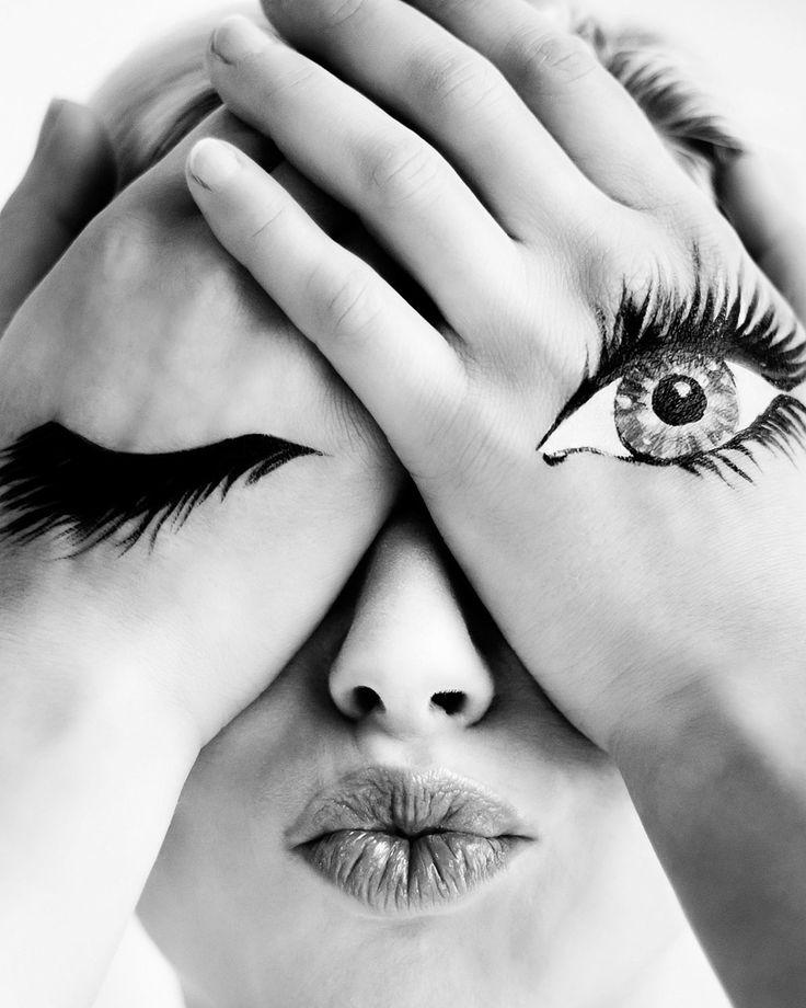 Modefotografie portret vintage hand-oog zwart-wit Strijp Eindhoven. EYE. Foto door Marijke Krekels Fotografie